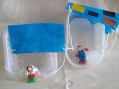"""parachute (bonhomme en playmaïs)  Thème du vent : Pour avoir des parachutes il faut : du papier crépon, de la laine, un personnage a faire """"voler"""" (ici nous en avons fait en playmaïs car ils restent lègers quand même). Le parachute plane mieux sans trop de décor. Nous avons fait des petits personnages en playmaïs que nous avons attaché à de la laine. un trou à la perforatrice dans chaque angle du parachute où on passe un fil de laine qui est relié au bonhomme. Voilà il est prêt à sauter !"""