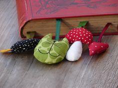 vier auf einmal...  Da es immer super ist, kleine Geschenkchen für spontane Bedarfsfälle zuhause zu haben...hier vier zuckersüße Lesezeichen in tollen