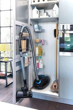 Szekrény és rendszerező tisztítószerek és porszívó kényelmes tárolásához