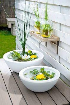 Minivijver voor in de tuin op een tafel.: