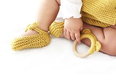 Knitted Baby Shoes – Garter Stitch Ballerinas [ EASY Pattern… – Shoes World Crochet Baby Hat Patterns, Baby Shoes Pattern, Crochet Baby Hats, Knitted Baby, Knit Baby Shoes, Knit Baby Booties, Knitting Dolls Clothes, Baby Pullover, Shoes World