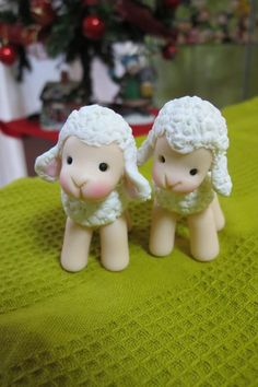 Baby sheep / lambs no tutorial 😣 Polymer Clay Animals, Cute Polymer Clay, Cute Clay, Fimo Clay, Polymer Clay Projects, Polymer Clay Creations, Fondant Animals, Sheep Fondant, Sheep Cake