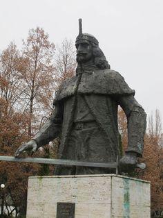 Vlad Tepes, Dracula statue, the real Dracula, Romania, Romanian statue, heroic Dracula, good leader, new dracula film, dracula untold - HeadStuff.org