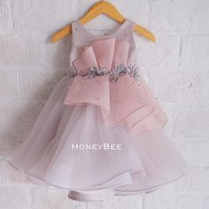 Photo by HoneyBee on February Keterangan foto tidak tersedia. Frocks For Girls, Kids Frocks, Little Girl Outfits, Little Dresses, Little Girl Dresses, Cute Dresses, Kids Outfits, Kids Dress Wear, Kids Gown
