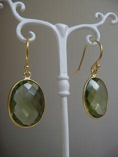 Green Amethist oval earrings in 24k gold bezel. Oorbellen met Edelstenen, groene Amethist.