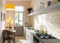 Если владельцы квартиры имеют длинную, вытянутую, да еще и узкую кухню, то перед ними стоит не слишком простая задача – необходимо визуально скорректировать пространство помещения и разместить всё
