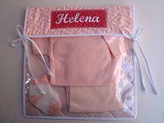 Envelope para roupa do Bebê.  Perfeito para organizar a mala do bebê para a maternidade.  Para enviar na mochila da escolinha, organizar a mala de viagem e até mesmo manter a ordem no armário.  Confeccionado com tecido de algodão, estruturada com manta acrílica e cetim, forrada com plástico fino ...