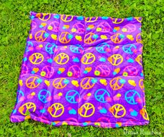 Need to keep your dog cooled off? Here is a DIY Dog Cooling Mat Tutorial that will keep your pooch cool while he's outside with the family. Dog Cooling Mat, Cooling Blanket, Cool Cat Beds, Diy Dog Crate, Dog Bed, Doggie Beds, Pet Beds, Cute Dogs Breeds, Summer Dog
