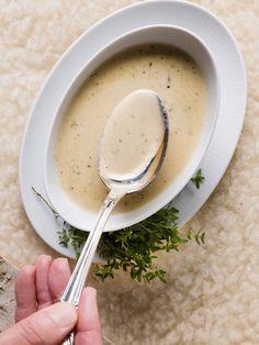 1. Pel en versnipper de sjalot. 2. Verwarm de boter in een pot en fruit de sjalotsnippers tot ze licht kleuren. Overgiet met cognac en roer door. Laat 2 minuten koken. Roer de room en mosterd erdoor en laat 5 minuten inkoken. 3. Doe de lepeltest: de saus is voldoende ingedikt als ze op de bolle kant van de lepel blijft kleven. 4. Roer de Parmezaanse kaas erdoor, laat wegsmelten. 5. Haal de pot van het vuur en voeg tijm toe. 6. Breng op smaak met versgemalen zwarte peper en zeezout. Dutch Recipes, Home Recipes, Cooking Recipes, Sauces, Dressing Recipe, Pesto, Sauce Recipes, Food And Drink, Yummy Food
