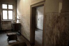 I prigionieri venivano spogliati prima della fucilazione