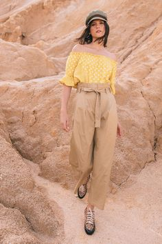 Pantalón de silueta paper bag, bota recta, botón y cierre frontal, bolsillos falsos y cinturón adicional.