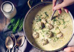 Zupa ogórkowa z ziemniakami i klopsikami z mięsa mielonego drobiowego to pomysł na sycącą zupę na obiad, po której możesz mieć ochotę na dokładkę!