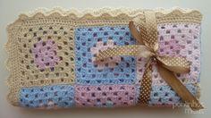 """Uma manta muito simples em tons de rosa, azul e bege. Um pedido especial da """"I"""" que eu adorei fazer. Espero que traga ..."""