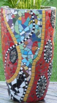 Mosaic planter I love mosaic designs. Mosaic Planters, Mosaic Vase, Mosaic Flower Pots, Mosaic Tiles, Teacup Mosaic, Mosaic Madness, Mosaic Crafts, Mosaic Projects, Ceramic Tile Crafts