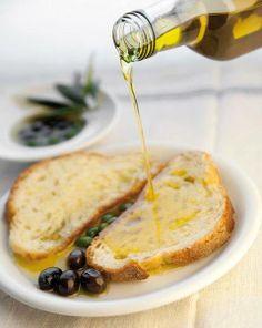 Italian bread and olives. Antipasto, Olives, Italy Food, Olive Tree, C'est Bon, Italian Recipes, Olive Oil, Food Photography, Good Food