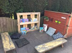 Easy pallet book shelf, sanded to stop splinters, excellent Communication, Friendly Space EYFS Outdoor Learning Spaces, Outdoor Play Areas, Play Spaces, Outdoor Spaces, Outdoor School, Outdoor Classroom, Book Area Eyfs, Communication Friendly Spaces, Outdoor Nursery