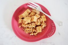 ころころ高野豆腐のナッツがけ 高野豆腐:二枚 ・アーモンド:ひとつかみ ・白ごま:大さじ1 ・醤油:小さじ1.5 ・味醂:小さじ1 ・ごま油:大さじ1 ・メープルシロップ:少量 1.高野豆腐は水で戻し、サイコロサイズにカットする。 アーモンドはミキサーで粉状に撹拌しておく。 2.ごま油を塗ったフライパンで1を熱し、軽く火が通れば他の材料と共に混ぜて出来上がり。