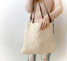 Kijk wat ik gevonden heb op Freubelweb.nl: een gratis breipatroon van Mama in a stitch om deze mooie tas te maken https://www.freubelweb.nl/freubel-zelf/gratis-breipatroon-tas/
