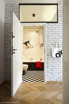 Aranżacja tej małej łazienki zasługuje na szóstkę. Po pierwsze dlatego, że wnętrze zostało urządzone wygodnie i stylowo. Po drugie wykorzystano w nim bardzo ciekawy i efektowny pomysł na ścianę. Mała łazienka: ZDJĘCIA