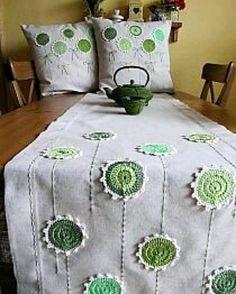 Úžitkový textil - ide sa po zelenej a režnej. Crochet Cushions, Crochet Pillow, Knit Crochet, Crochet Afghans, Crochet Decoration, Crochet Home Decor, Diy Pillows, Decorative Pillows, Crochet Flowers