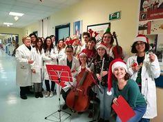 Futuri medici musicisti in corsia nei giorni che precedono il Natale