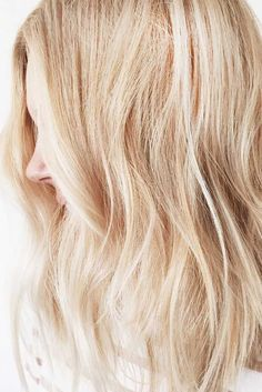 Blonde hair colors will never go out of style. Be like Shakira or Madonna, and embrace your inner blonde bombshell with these trendy blonde styles. Beige Blonde, Blonde Color, Hair Colour, Blonde Balayage, Blonde Hair, Pixie Cut Blond, Blonde Bob Hairstyles, Blonder Bob, Latest Hair Trends