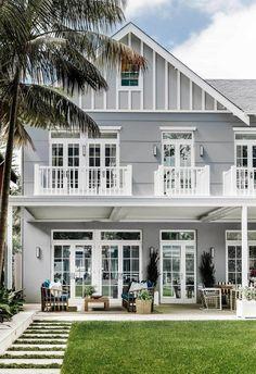 A luxurious Hamptons style home in Sydney's Eastern Suburbs designed by Coco Rep – Beach house decor Die Hamptons, Hamptons Style Homes, Houses In The Hamptons, House Paint Exterior, Exterior Design, Style At Home, Dream Beach Houses, Facade House, Beach House Decor