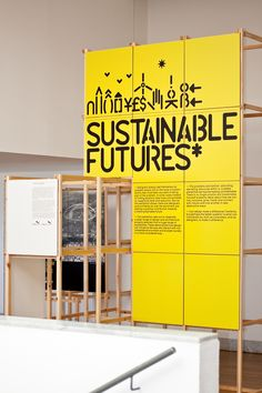Instalación: se ve el uso de materiales y color fuerte, para resaltar la información. Design Museum – Sustainable Futures*, exhibition graphics submitted by Build and designed by Michael C. Place of Build (2010)