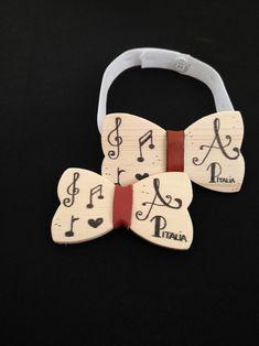 Ami la musica ? Abbiamo realizzato un prodotto personalizzato sia al Padre che al Figlio, due papilion semplici ma fatti a mano, che rappresentano i loro nomi e l'amore per la musica. Entusiasti nel fare ciò che ci viene richiesto. ❤️ Molto presto nella nostra collezione.