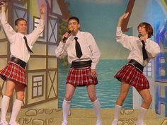 Guys in mini kilts (skirts). Looks better than pants or shorts! Men need to lose Social Conformity and use skirts as an option to pants and shorts like women do. Guys In Skirts, Boys Wearing Skirts, Short Skirts, Cheer Skirts, Kilt Skirt, Man Skirt, Dress Skirt, Golf Fashion, Men's Fashion