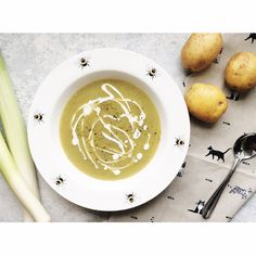I absolutely adore this soup in the winter. The potatoes make the soup thick and filling. Is there a better smell than that of sautéing leeks? Potato Soup, Latte, Bacon, Potatoes, Recipes, Food, Potato, Essen, Eten
