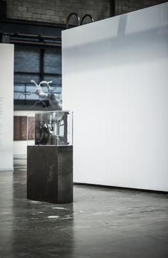 "©skoltz /  y2o Huis clos , 2015   Installation vidéo avec acier, acrylique, ordinateur et moniteur Video installation with steel, acrylic, computer and screen 162.5 x 106.7 x 32.4 cm (64"" x 42 ½"" x 12 ¾"")   2h 53 min 18 sec.   Édition 1/2"