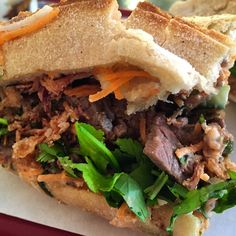 Le lieu. Ouverte fin janvier, dans une rue piétonne qui fait le plein de foodies à l'heure du déjeuner (le groupe Jalou siège tout près), cette cantine de poche, lumineuse, ne s'appesantit pas sur le décor, un peu broc, que vient réchauffer un très coloré mur de fleurs en plastique «home made». Sur le pouce. La grande affaire de la maison, c'est le «banh mi», sandwich traditionnel vietnamien, dont la base est rodée: baguette de chez Kayser, carottes râpées, daïkon, mayonnaise maison au soja…