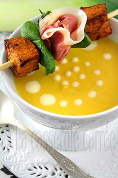 Potage de butternut rôtie, poireaux et crème d'ail, micro brochette de prosciutto et patates douces caramélisées au balsamique et thym