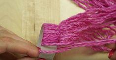 Ella mete la lana por el rollo de papel. ¿El resultado? ¡Tengo que probar esto ya!