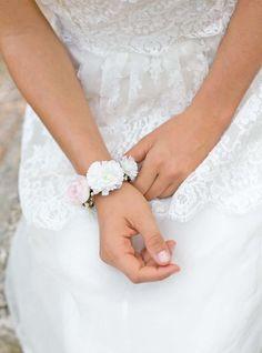 Bracelet Paula aux notes ivoire et rose poudré #englishgardencollection #braceletfleuri #flowers #weddingdetails #demoiselledhonneur #ivory