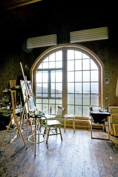 FRITTSTÅENDE ATELIER: Bygget i 2006. Stort arbeidsrom med innvendig balkong og luftige 5 meter under taket. Heltre gulv, panelte vegger. Et flott atelier til en flott kunstner.