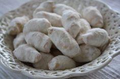 Békebeli HÓKIFLI, omlós és könnyű! Sokáig eltartható! TÉSZTA: 40 dkg liszt, 25 dkg vaj, 1,5 dl tejföl, csipet só. TÖLTELÉK: 15 dkg darált dió, 8 dkg porcukor, 3 ek tej, szilvalekvár. My Recipes, Sweet Recipes, Cake Recipes, Cake & Co, Hungarian Recipes, Biscuits, Healthy Lifestyle, Bakery, Stuffed Mushrooms