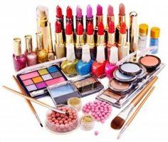 Tykkään kyllä kosmetiikasta, mutta siihen on rajoitteensa. Tietyistä merkeistä en suostu luopumaan, joten ripsiväriä, meikinpohjustusvoidetta, meikkivoidetta, kulmaväriä ja rajausväriä on turha lähettää muuta kuin mikä minulla on jo käytössä. Myöskään kynnenkovettajille ja kynsiviiloille minulla ei ole mitään käyttöä.
