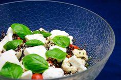 Lag denne herlige og sunne quinoasalaten som tilbehør til en middag. God og næringsrik salat med spennende quinoa og grønnsaker Quinoa, Pudding, Yummy Food, Desserts, Tailgate Desserts, Deserts, Delicious Food, Custard Pudding, Puddings