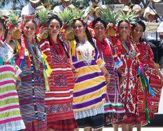 Mujeres preparadas para celebrar la Guelaguetza,  Oaxaca   Mexico