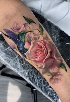 Rose and hummingbird by Pony Wave ( from Los Angeles, CA Hummingbird Flower Tattoos, Bird And Flower Tattoo, Realistic Flower Tattoo, Hibiscus Tattoo, Flower Tattoo Shoulder, Flower Tattoo Women, Shoulder Tattoos, Colour Tattoo For Women, Tattoos For Women Flowers