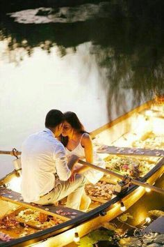 Entourage on the lake: boat,couple, flowers and candles - elements of a successful romantic photo. Pre Wedding Shoot Ideas, Pre Wedding Poses, Pre Wedding Photoshoot, Romantic Moments, Romantic Couples, Wedding Couples, Romantic Proposal, Romantic Pictures, Wedding Pictures