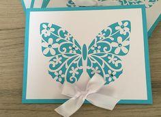 Convite confeccionado em papel especial color plus e com apliques de strass e laço de fita. Impressão simples.