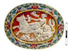 """camée, """"Amphitrite sur un taureau marin"""" (Camée.115), BnF. Camée : entre 1er siècle av JC et 1er siècle Monture : Belle, Josias 17e siècle"""
