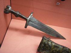 Ejemplo de pugio de época imperial, el pequeño puñal que portaban todos los soldados de las legiones romanas. - Portal Clásico