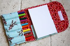 I& seen the crayon roll-ups but I like this one with the note pad attached Sewing Hacks, Sewing Crafts, Sewing Projects, Art Projects, Purse Patterns Free, Sewing Patterns, Crayon Roll, Crayon Art, Crayon Holder