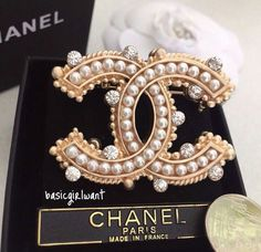 Obsessed with chic accessories Chanel Coco Chanel, Chanel Paris, Chanel Black, Chanel Jewelry, Pearl Jewelry, Vintage Jewelry, Jewelry Accessories, Fashion Accessories, Fashion Jewelry