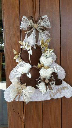 Felt Christmas Ornaments, Christmas Wreaths, Christmas Crafts, Christmas Decorations, Felt Crafts, Diy Crafts, Valentine Tree, Handmade Felt, Scrapbook Paper Crafts