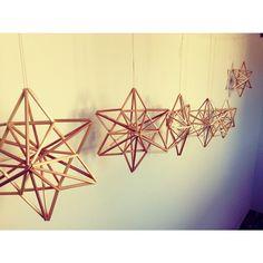 * 今日はヒンメリ星形の ワークショップ。 たくさんの星が出来ました。 クリスマスが近いので 各家庭でどんな風に 飾られるか楽しみです。 皆さん、ご参加ありがとうございました❤️ 次回はオーナメントのワークショップです。 #ヒンメリ #ヒンメリ星形 #麦わら #ストロー #ワークショップ Handmade Ornaments, Handmade Christmas, Christmas Crafts, Paper Decorations, Christmas Tree Decorations, Bohemian Christmas, Stars Craft, Christmas Mason Jars, Boho Diy